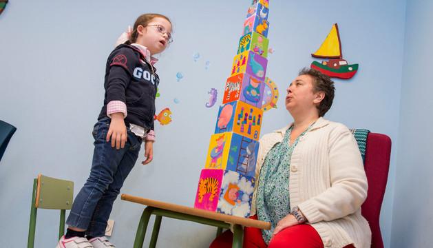 Mariana, de 6 años, monta un torre gigante, en clase de Atención Temprana para 3-6 años, con la terapeuta María Jesús Larraya