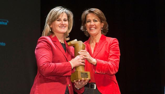 Barcina hizo entrega del premio a la representante del Colegio Santa Teresa