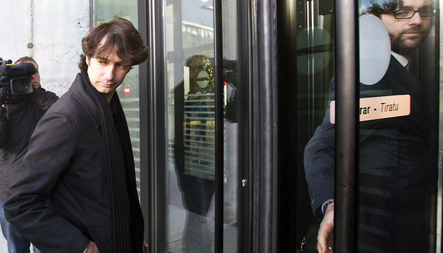 El joven madrileño José Carlos Arranz, acompañado de su abogado, a su llegada a la Audiencia para la segunda sesión del juicio que se sigue contra 13 jóvenes imputados por los altercados del chupinazo de 2010.