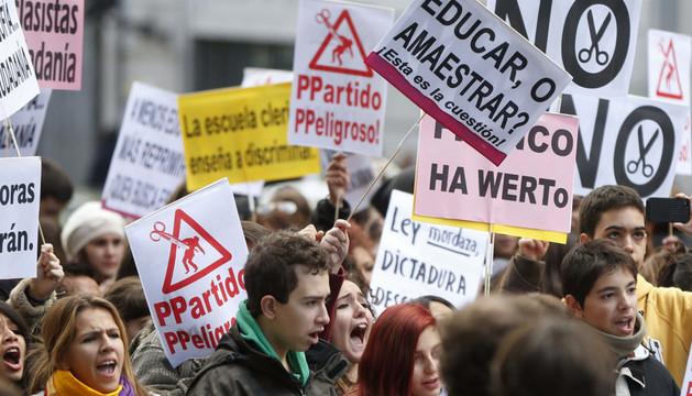 Estudiantes se manifiestan en frente del Ministerio de Educación en Madrid.