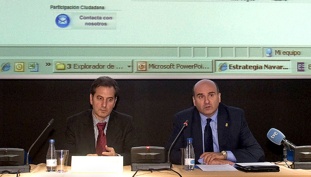 El consejero Javier Morrás (dcha.), junto al director general de Interior, Patxi Fernández, durante la presentación de las medidas.