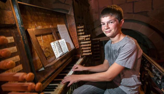 Mikel Úriz Mata, de 14 años, toca el órgano de la iglesia