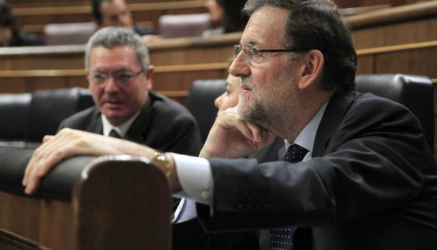 El jefe del Ejecutivo, Mariano Rajoy (d), durante  la sesión de control al Gobierno de este miércoles.