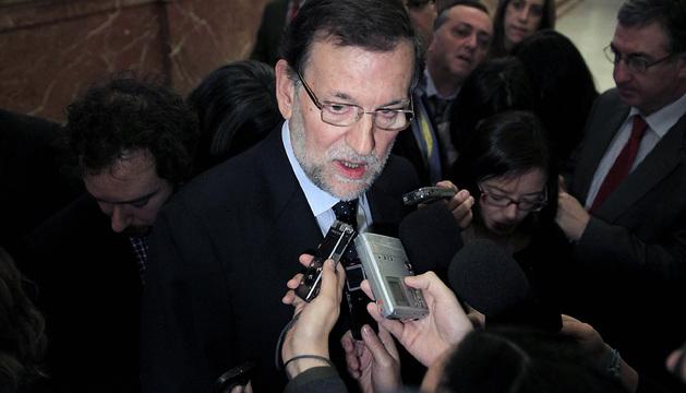 El jefe del Ejecutivo, Mariano Rajoy, atiende a los medios de comunicación en los pasillos del Congreso.