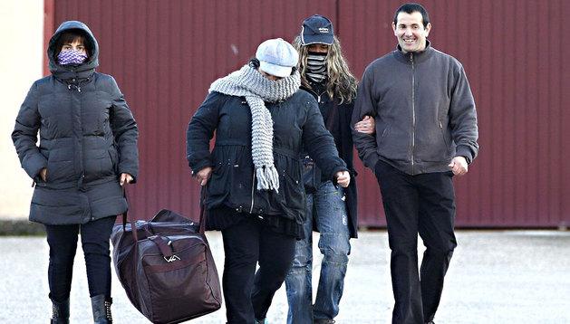 Juan José Zubieta (d), a su salida del centro penitenciario de Monterroso (Lugo).