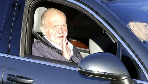 El Rey Juan Carlos es intervenido este jueves para implantarle una prótesis definitiva en la cadera izquierda.