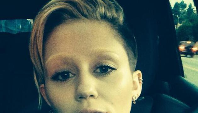 Miley Cyrus con las cejas decoloradas de rubio