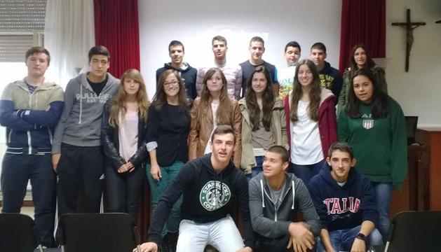 La investigadora Paula Aranaz junto a alumnos de Bachillerato del colegio Luis Amigó