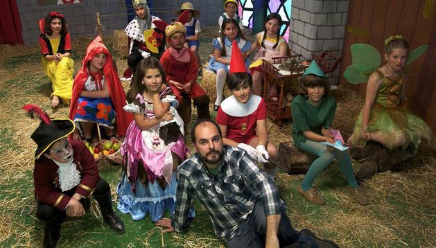 El director de cine onubense Esteban Magaz (c), rodeado del grupo de niños superdotados con los que ha rodado 'Una vez érase'