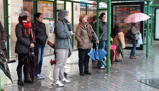 Las marquesinas de Merindades estaban llenas de usuarios esta mañana por las protestas y la lluvia