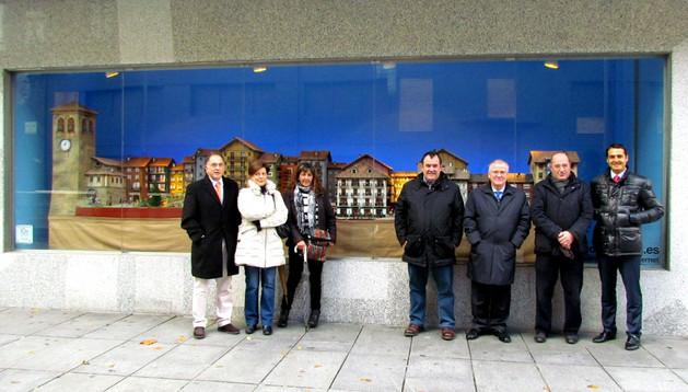 Representantes de El Corte Inglés y de la Asociación de Belenistas de Pamplona junto al escaparate situado en la calle García Ximénez.