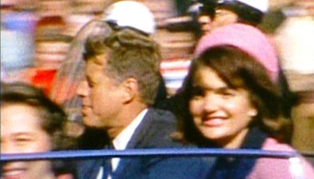 John F. Kennedy y su esposa, Jacqueline, momentos antes del magnicidio.