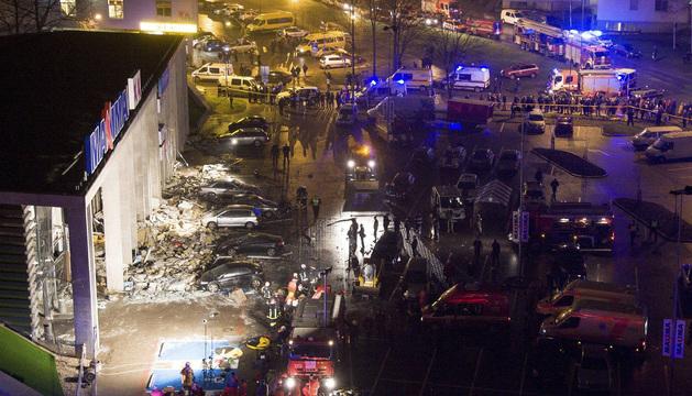 Equipos de rescate trabajan en las inmediaciones del centro Maxima después de que el techo de las instalaciones se colapsara.
