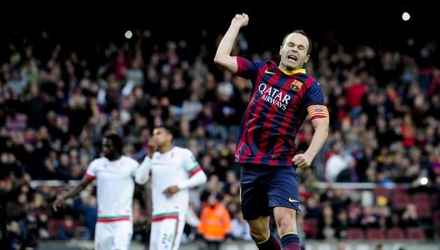 Andrés Iniesta celebra su gol ante el Granada