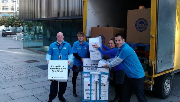 Voluntarios de la entidad trasladan los alimentos