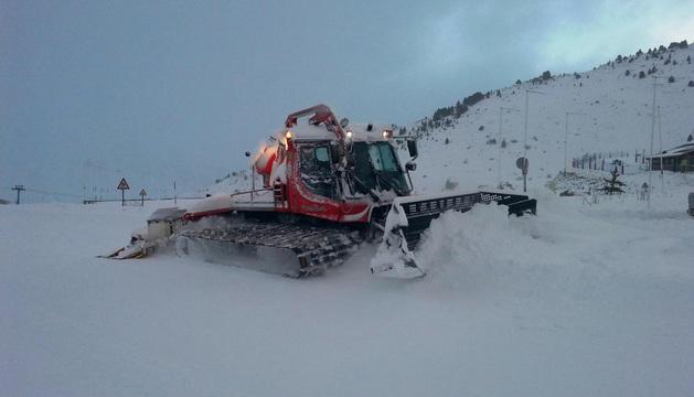 Una de las máquinas de mantenimiento de Aramón Formigal trabajando este fin de semana en las pistas.