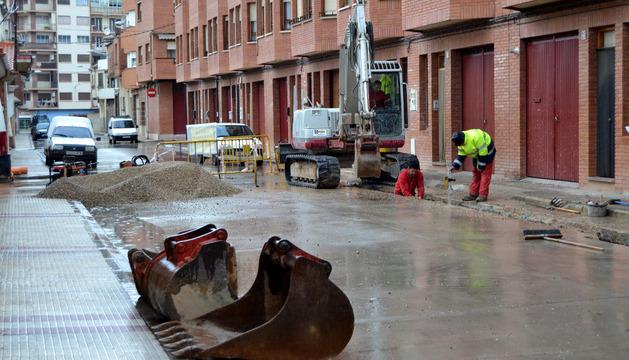 Operarios de la empresa concesionaria trabajan en la calle La Milagrosa de Lodosa.