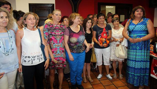 Miembros del Autobús de la Vida con el premio Naranja de La Teba