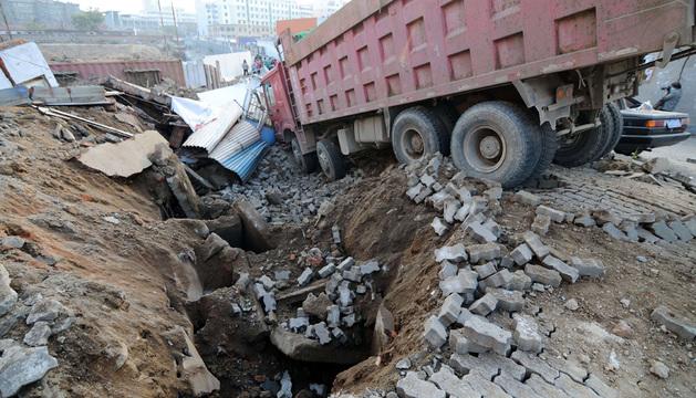 La explosión esparció restos de cemento y otros materiales a varios metros a la redonda.