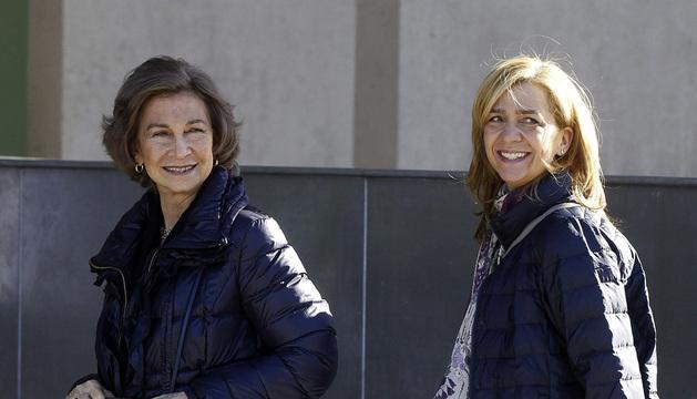 La reina Sofía y la infanta Cristina, a su llegada al Hospital Quirón Madrid.