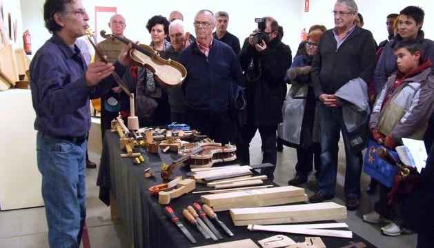 Rubén H. Lofiego explica cómo se construye un violín a los asistentes a la inauguración de la muestra