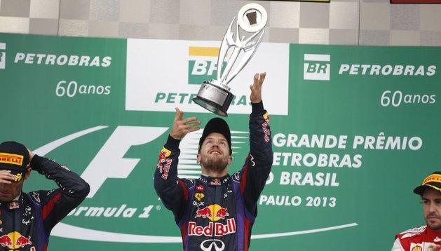 El alemán Vettel, con el trofeo de Brasil