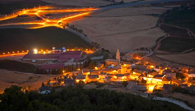 Con luz nocturna. Una imagen de la A-12 a su paso por Villamayor de Monjardín. Al fondo se aprecia el enlace iluminado