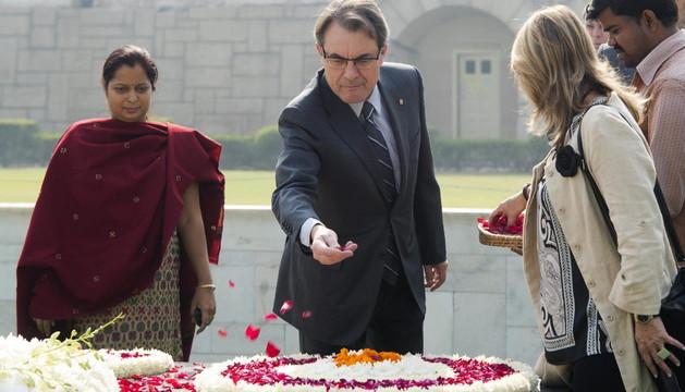Artur Mas, durante una ofrenda floral en el memorial a Gandhi, en la India