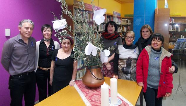 Integrantes del club de lectura de Murchante en la biblioteca