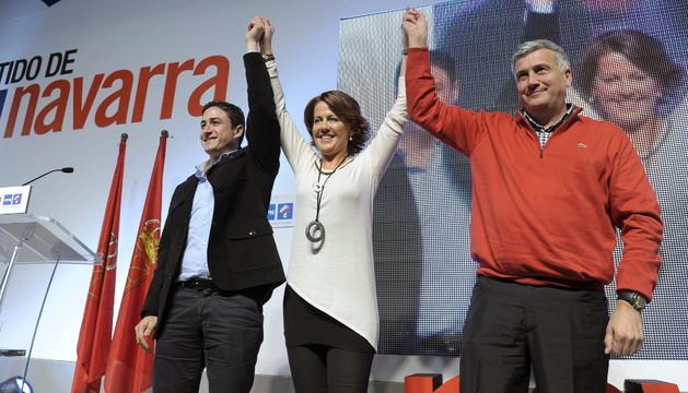 Yolanda Barcina, junto al secretario general del partido y el vicepresidente, el día del partido de UPN
