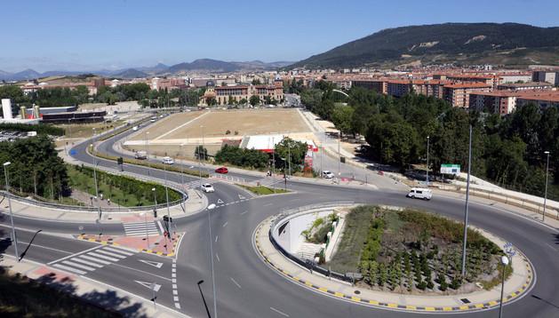 La gasolinera actual, en la parte central de la fotografía, y a la izquierda, junto al Centro de personas sin hogar, la parcela para la nueva estación de servicio