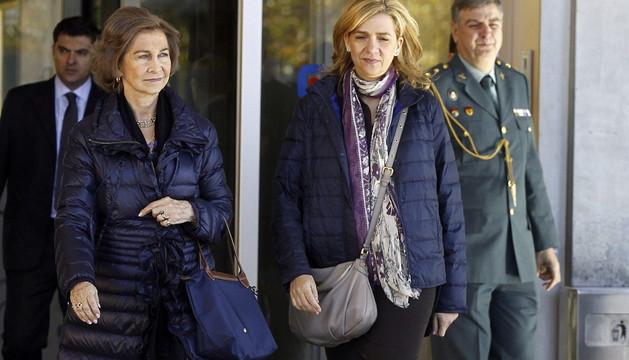La reina Sofía y la infanta Cristina a la salida del Hospital Quirón Madrid, este sábado