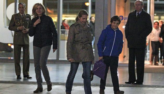 Las infantas Cristina y Elena, y su hijo Froilán, a la salida del hospital tras ver a su padre.