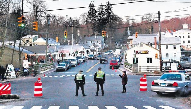 Varios policías vigilan la entrada al colegio Sandy Hook el 15 de diciembre de 2012