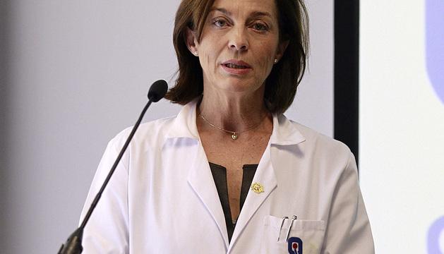La gerente del Hospital Quirón Madrid, Lucía Alonso, lee el parte médico del Rey.