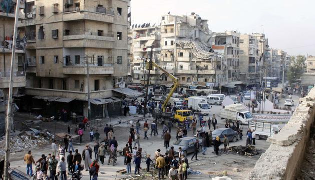 Vista de la ciudad de Alepo tras bombardeos aéreos del régimen sirio este domingo.