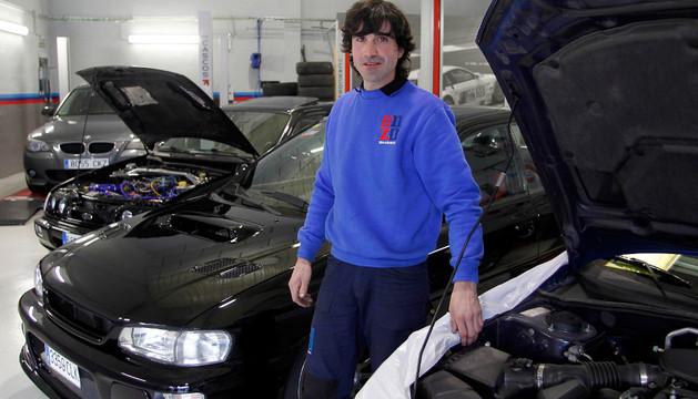 Mikel Moreno Ruiz junto a dos coches Subaru Impreza de más de 400 caballos, en primer término, y un Ford Sierra Cosworth de 380 cv que prepara para competir en rallyes