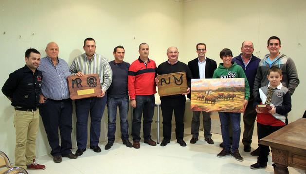 Los premiados junto a miembros de la peña taurina y Mariano Pascal