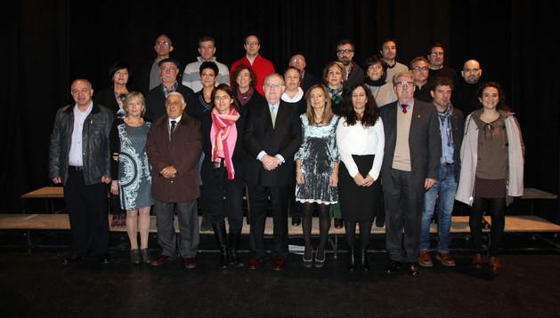 Los donantes galardonados asistentes al acto junto con los responsables de Adona y autoridades invitadas