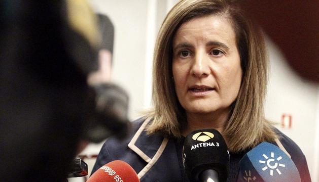 Fátima Báñez atiende a los medios.