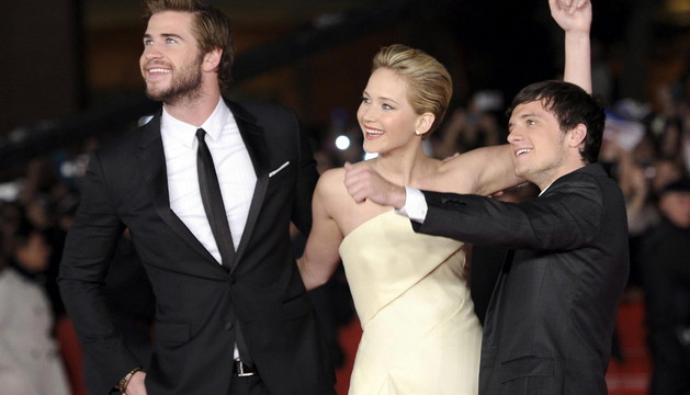 Liam Hemsworth (i), Jennifer Lawrence (c) y Josh Hutcherson (d) posan a su llegada al estreno de la película 'Los juegos del hambre. En llamas' en Roma