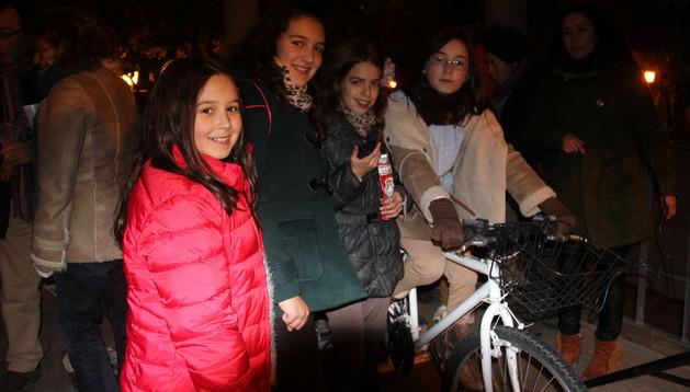 Cuatro jóvenes con una de las bicicletas que se instalaron en Los Paseos durante el acto promovido por La Ribera en Femenino