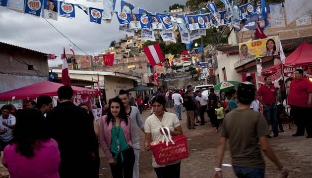 Varias personas caminan en el barrio Buenos Aires de Tegucigalpa.