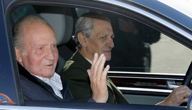 El rey Juan Carlos saluda este lunes a su salida del Hospital Universitario Quirón de Madrid.