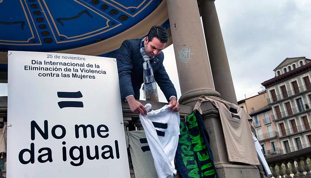 El consejero Íñigo Alli coloca una camiseta con el logotipo de la campaña 'No me da igual'.