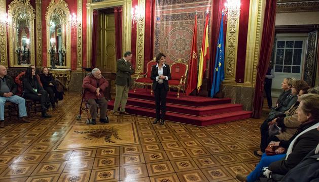 La Presidenta Barcina explica la historia del Salón del Trono.