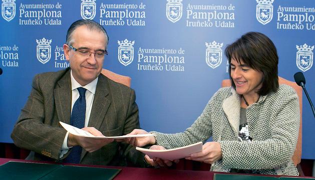 El alcalde Maya y la consejera Vera, durante la firma del acuerdo.