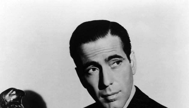 Bogart, con la estatua.