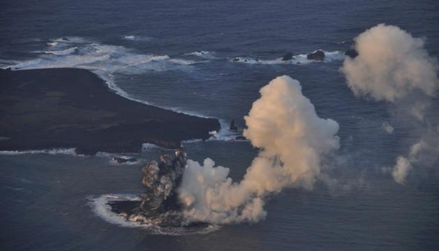 La nueva isla japonesa nacida la semana pasada de la erupción de un volcán