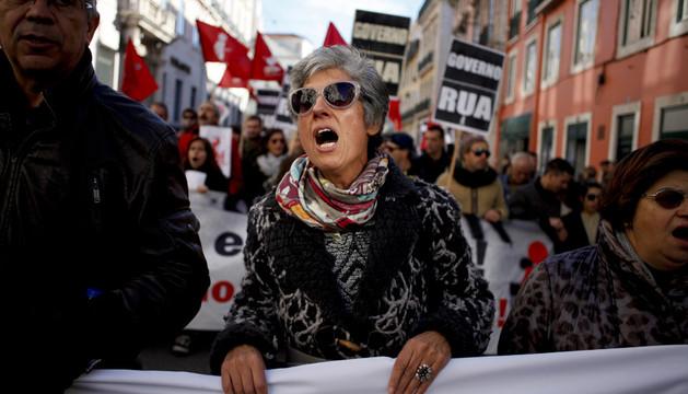 Varios centenares de portugueses se manifestaron este martes frente al Parlamento
